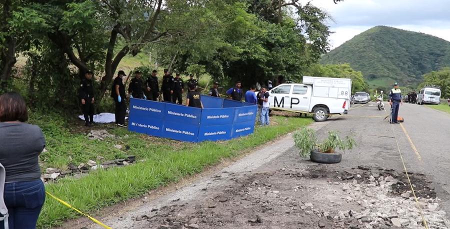 En el km 135 de la ruta entre El Progreso, Jutiapa, y Monjas, Jalapa, fueron localizados los cadáveres. (Foto Prensa Libre: Hugo Oliva)