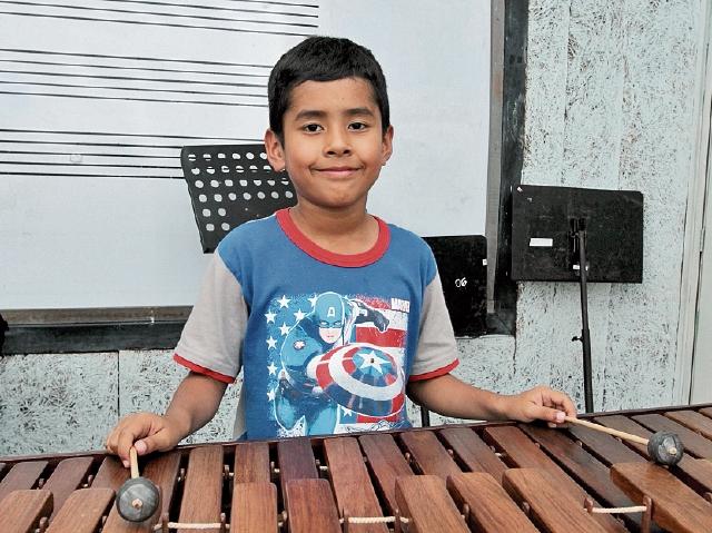 Robert Danilo Pérez practica marimba todas las tardes, en el Conservatorio.