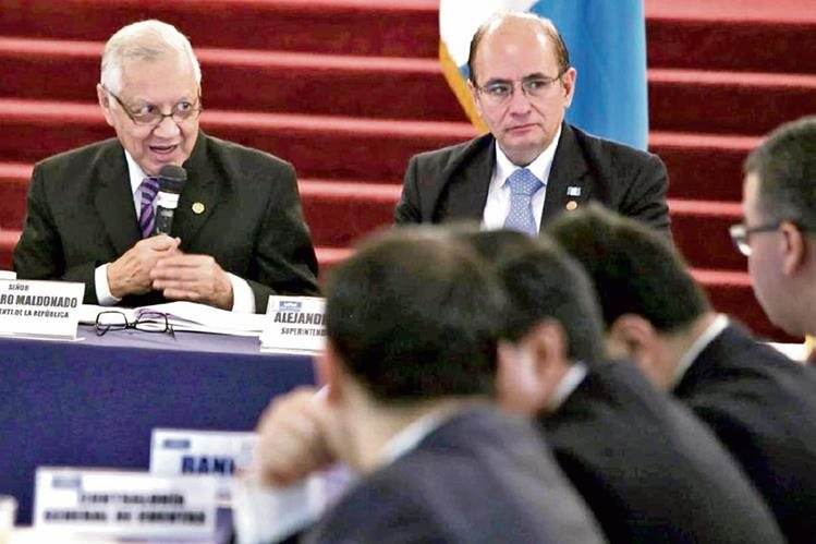El vicepresidente Alejandro Maldonado y el superintendente de Bancos, José Arévalo, en la reunión de la Copreclaft, en el Palacio Nacional.