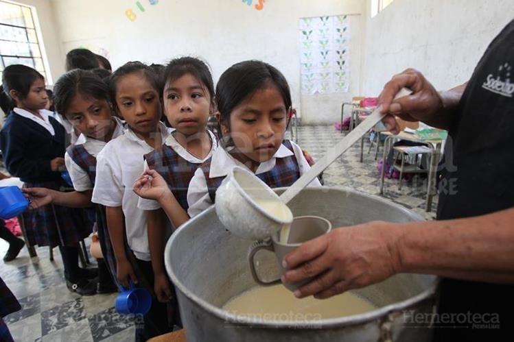 Para el 2019 se debe asignar Q4 para la refacción escolar de cada niño, con el objetivo de mejorar la nutrición y esto incida en el proceso de enseñanza. (Foto Prensa Libre: Hemeroteca PL)