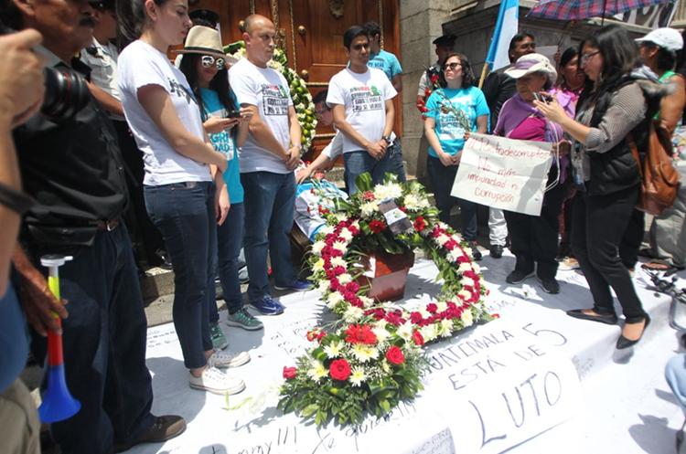 Una corona con flores en la entrada del Organismo Legislativo, colocada por manifestantes. (Foto Prensa Libre: Érick Ávila)