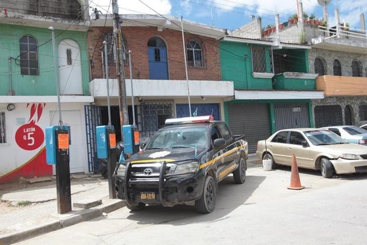 Comerciantes del mercado de Santa Faz, Chinautla, cierran sus locales y sacan mercadería, por acoso de extorsionistas. (Foto Prensa Libre: Érick Ávila)