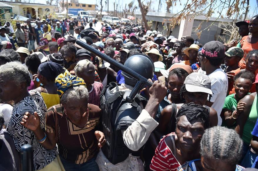 La desesperación por falta de agua y alimentos empieza a cundir en Jeremie donde se reportan disturbios para lograr alimentos. (Foto Prensa Libre: AFP).