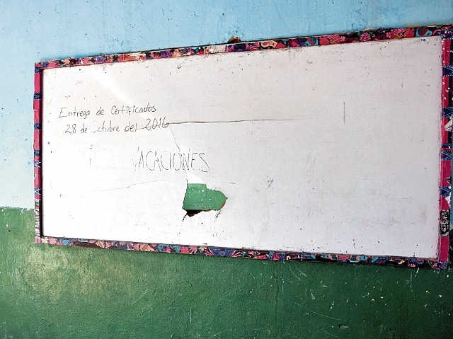 Una pizarra, de la Escuela Rural Mixta de El Arenal, La Democracia, Escuintla, refleja las carencias. (Foto Prensa Libre: Carlos  Paredes)