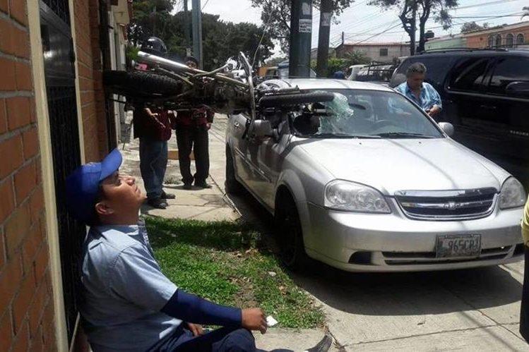 Una motocicleta y un vehículo liviano resultaron con daños en un accidente registrado en Mixco. (Foto Prensa Libre: Pablo Morales/Emixtra)