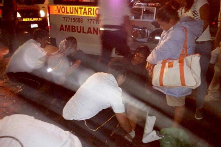 Varios vecinos y vendedores del mercado La Terminal llegaron a identificar a la madre y su hijo, quienes resultaron heridos. (Foto Prensa Libre: Rolando Miranda)