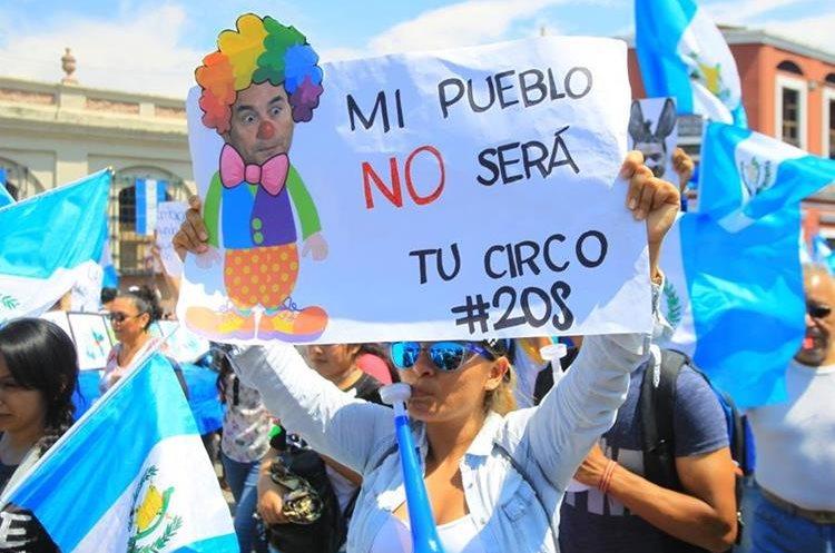 En la capital, decenas de personas marcha contra los actos de corrupción en los que se vincula al presidente Jimmy Morales y a los diputados. (Foto Prensa Libre: Kenet Cruz)
