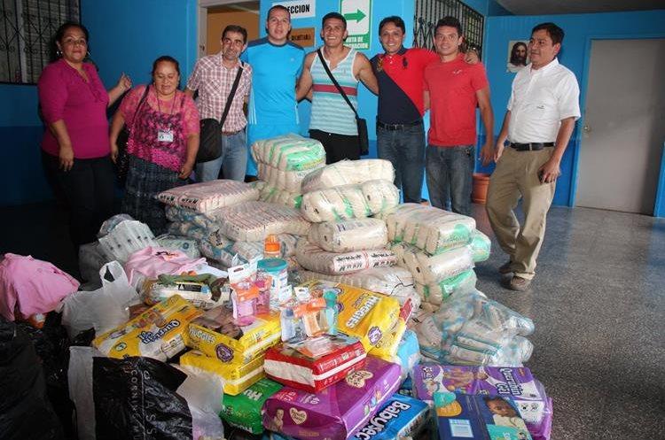 Jugadores del Cobán Imperial realizaron donación al Hospital regional de Cobán. (Foto Prensa Libre: Eduardo Sam Chun)