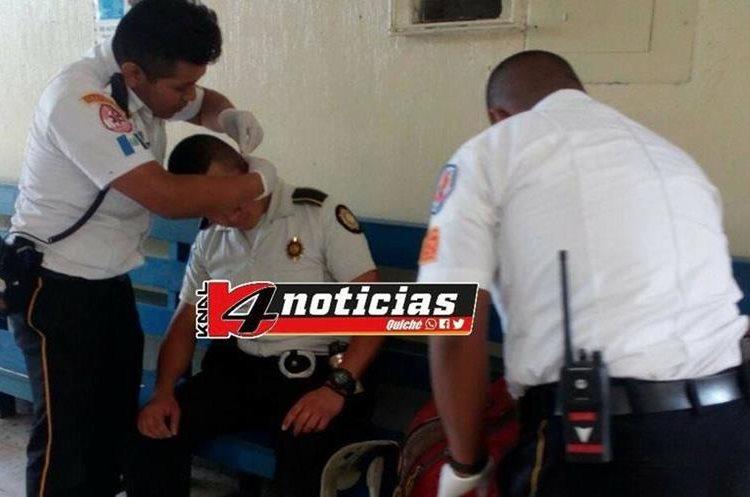 Los agentes fueron atendidos y trasladados al centro de Salud en Chichicastenango. (Foto Prensa Libre: Cortesía Knal 4)