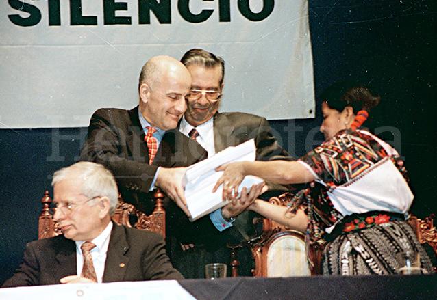 La comisionada de la CEH, Otilia Lux de Cotí, entrega el informe Guatemala, memoria del Silencio. (Foto: Hemeroteca PL)
