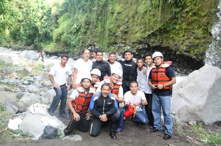 Aguilar junto a otros rescatistas
