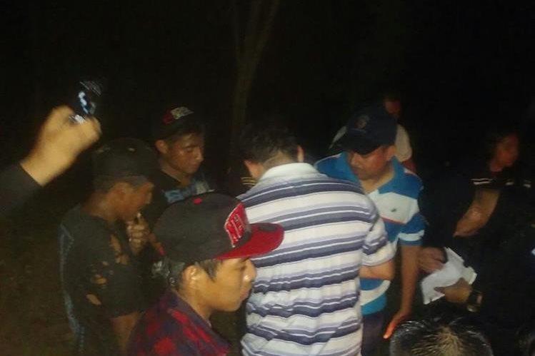 Siete personas fueron rescatadas por socorristas, al quedarse atrapados por la crecida del río. (Foto Prensa Libre: Bomberos Municipales)