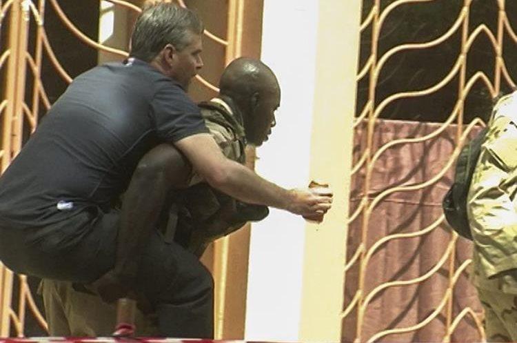 BMK01. BAMAKO (MALI), 20/11/2015.- Un rehén herido es trasladado por personal militar de Mali a su salida del hotel de lujo Radisson Blu en Bamako, Mali, el 20 de noviembre del 2015. Las fuerzas de seguridad han logrado evacuar a 80 de las 170 personas tomadas como rehenes, en medio de un tiroteo de los hombres armados que atacaron el hotel Radisson de la capital maliense, Bamako, y que han causado al menos tres muertos y varios heridos. EFE/Str