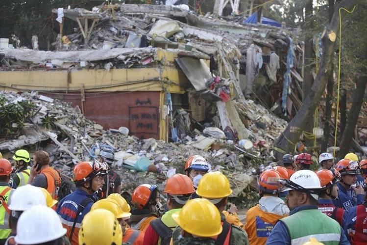 Brigadistas mexicanos y japoneses continúan labores de rescates en el edificio de la colonia Educacion. (Foto Prensa Libre: EFE)