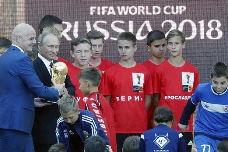 El presidente de la Fifa, Gianni Infantino y el presidente ruso Vladimir Putin en una ceremonia en el remodelado estadio de Luzhniki. (Foto Prensa Libre: EFE)