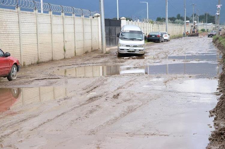 El mal estado de la calle alterna donde transitó el fin de semana motivó a la niña. (Foto Prensa Libre: María José Longo)