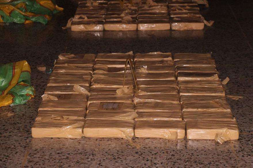 En la primera tula se localizaron 40 paquetes de posible droga. (Foto Prensa Libre: PNC)