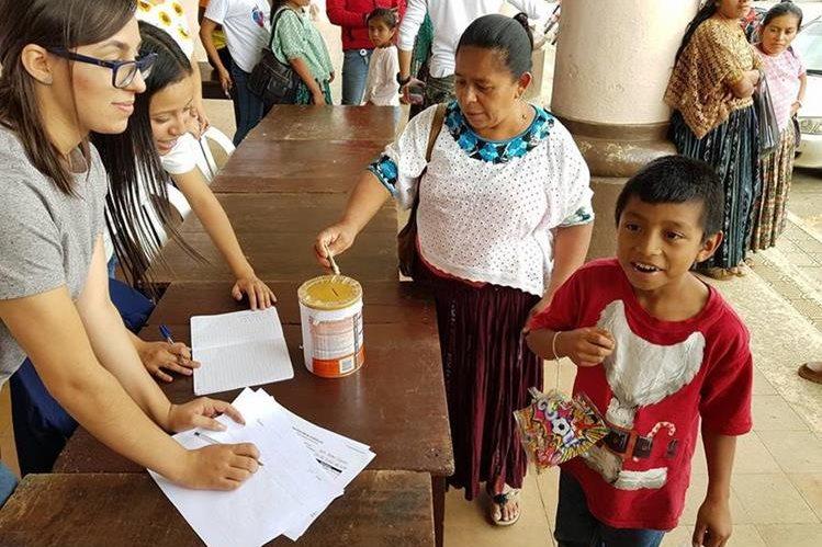El pasado lunes Julio José Benjamín Caal Caal donó Q5 para los damnificados por el Volcán de Fuego. (Foto Prensa Libre: Eduardo Sam)