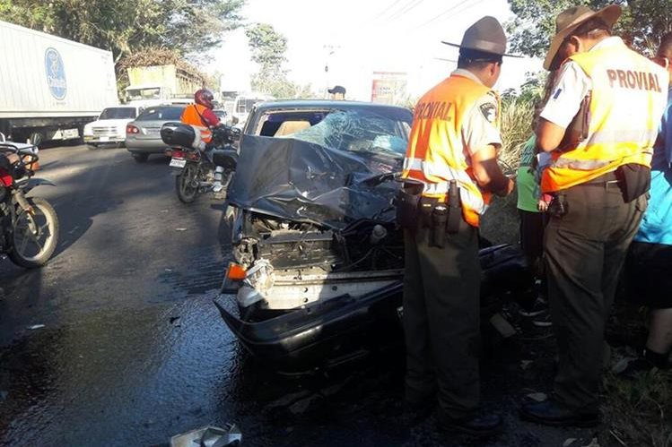 Autoridades resguardan el automóvil que supuestamente protagonizó el accidente. (Foto Prensa Libre: Enrique Paredes)