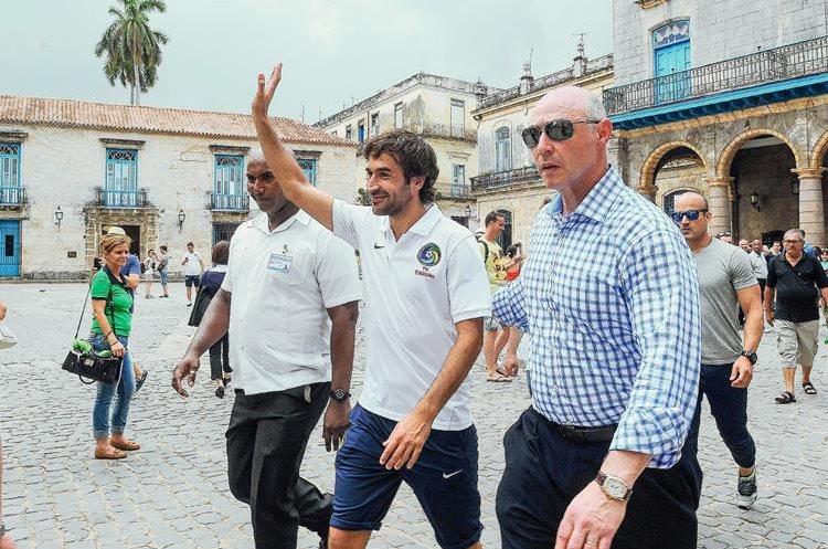 Raúl González saluda a los aficionados en La Habana (Foto Prensa Libre: AFP)