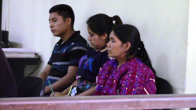 Santos García Díaz y Petronila Carrillo Marroquín captados en el Tribunal de Sentencia de Huehuetenango, donde el viernes último fueron sentenciados por el deligo de plagio y asesinato. (Foto Prensa Libre: Mike Castillo)