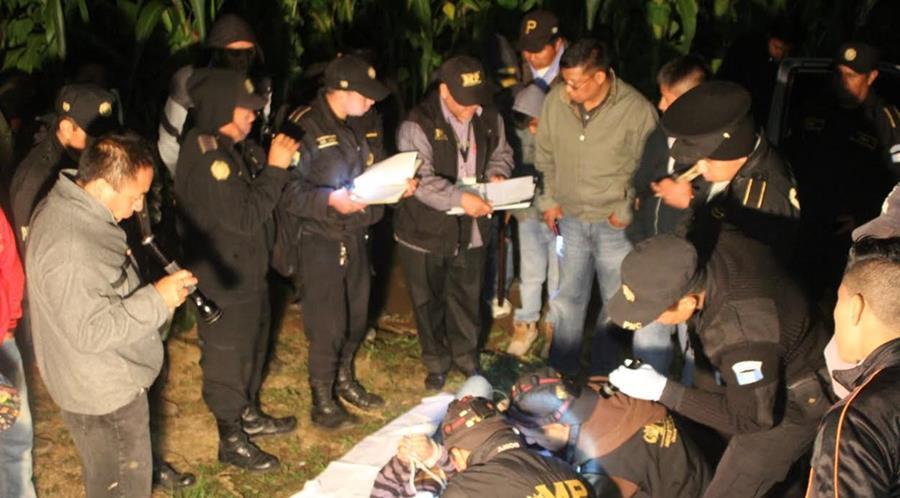 Cadáver atado es localizado en San Andrés Semetabaj, Sololá. (Foto Prensa Libre: Ángel Julajuj)