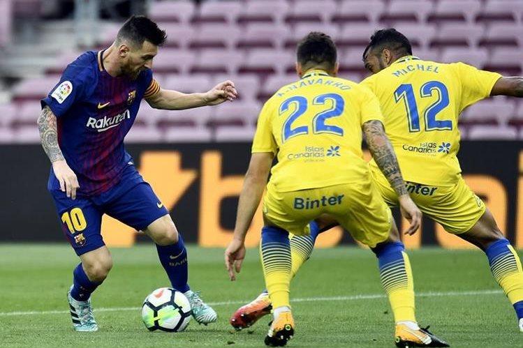 A pesar de que el primer tiempo fue difícil el Barcelona pudo ganar comodamente en un estadio que lució sin público. (Foto Prensa Libre: AFP)