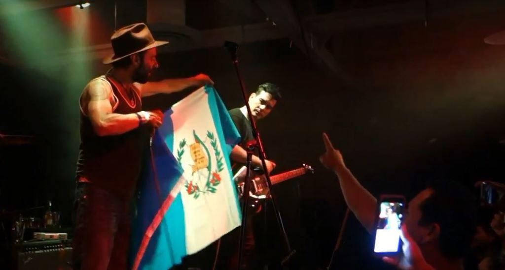 Giovanni Pinzón mostró una bandera de Guatemala. (Foto Prensa Libre: Cortesía Luis Kezzer)