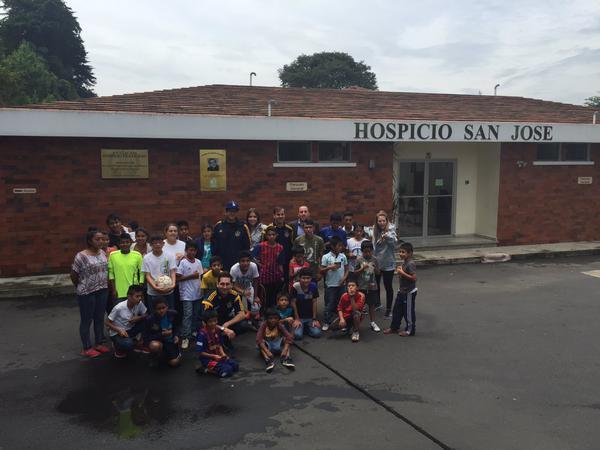 Jugadores del Galaxy de Los Ángeles de la MLS posan junto a los niños del hospicio San José. (Foto Prensa Libre: Twitter Dario Soto)