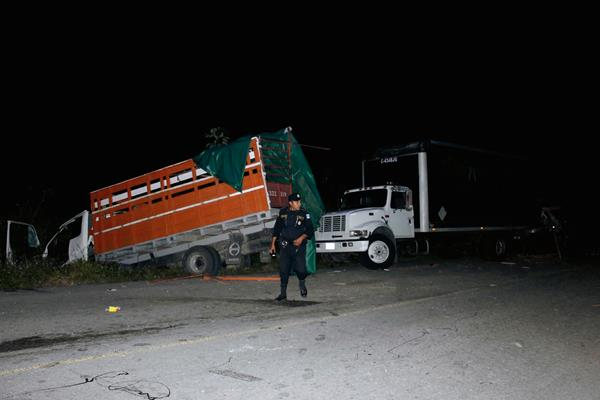 Dos camiones  chocaron en el km 414, en Dolores, Petén, con saldo de una persona herida. (Foto Prensa Libre: Walfredo Obando)