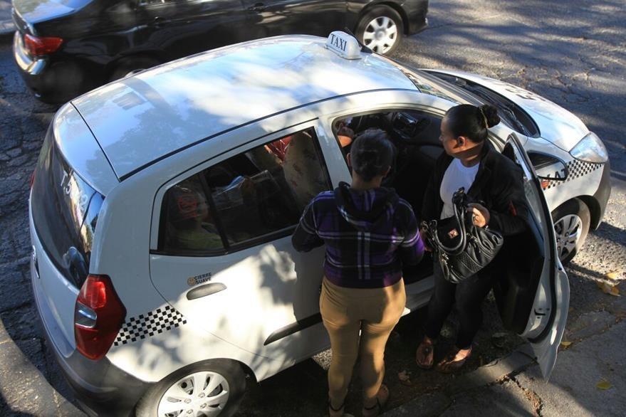 Vecinos afectados por la suspensión del servicio del Tranurbano pagan taxis colectivos. (Foto Prensa Libre: Estuardo Paredes)