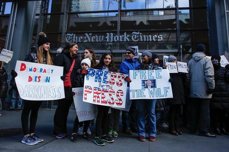 Varias personas portan pancartas en apoyo a la Prensa, frente al diario The New York Times. (Foto Prensa Libre: AFP).