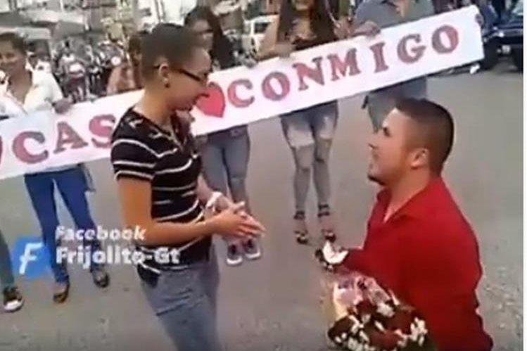 Momento en que ocurre la propuesta de matrimonio en Monjas, Jalapa. (Foto Prensa Libre: Tomada del Facebook de Frijolito-Gt).