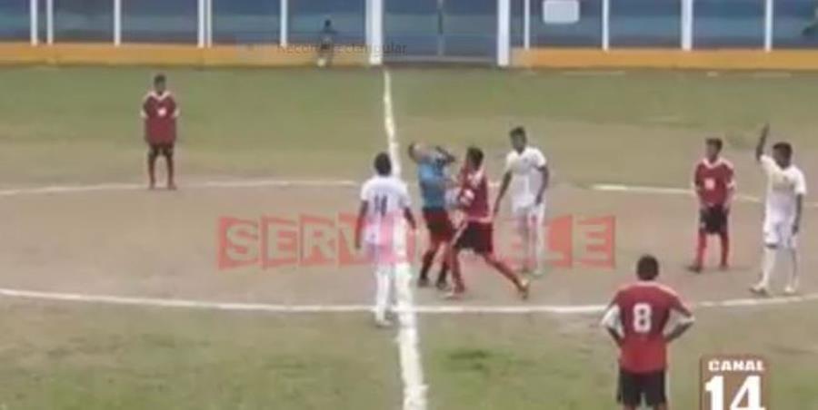Momento de la agresión en el estadio municipal de Chicacao. (Foto Prensa Libre: Tomada de Facebook).