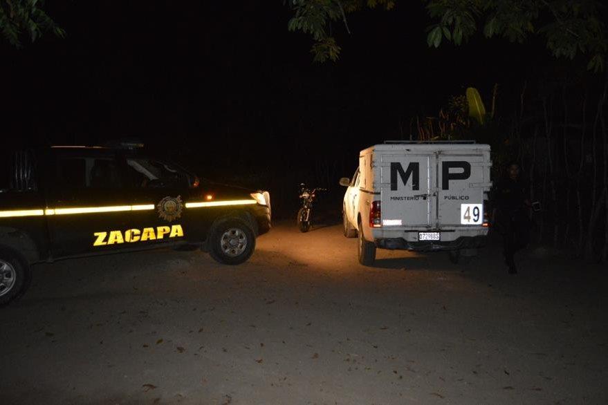 Autoridades resguardan la escena del crimen en el caserío La Línea, Zacapa. (Foto Prensa Libre: Víctor Gómez).