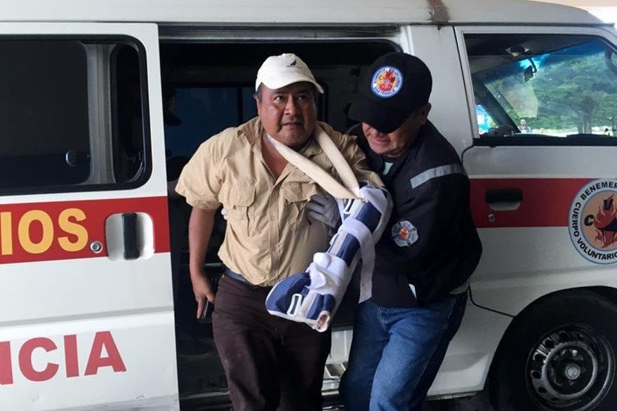 Socorrista ayuda a Flavio Ruíz, Auxiliar Departamental de la PDH en Quiché, a descender de la ambulancia. (Foto Prensa Libre: Óscar Figueroa)