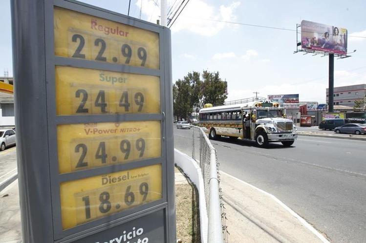Desde la semana pasada se registró un alza en los precios del combustible. (Foto Prensa Libre: Paulo Raquec)
