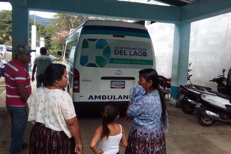 Socorristas trasladan a un centro asistencial en Puerto Barrios a un niño que resultó herido de bala. (Foto Prensa Libre: Dony Stewart)