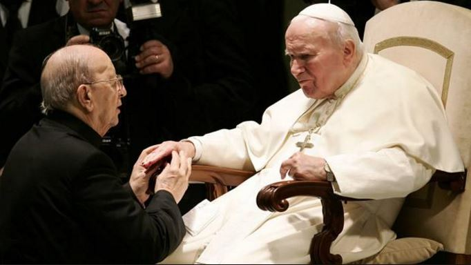 El fundador de los Legionarios de Cristo, Marcial Maciel, quien es acusado de múltiples casos de pedifilia, de rodillas frene al papa Juan Pablo Segundo. (Foto: Internet).