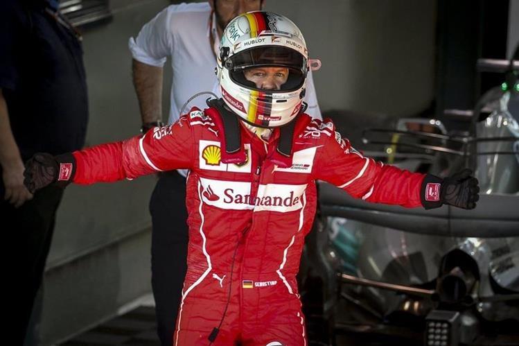 Sebastian Vettel festejó a lo grande luego de terminar la carrera en el primer lugar. (Foto Prensa Libre: EFE)