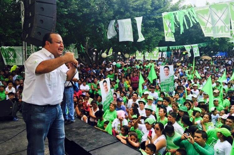 El diputado César Sandino Reyes es señalado de haber sido sorprendido en uno de los parqueos del Congreso, en estado de ebriedad y teniendo relaciones sexuales con una mujer en un vehículo. (Foto Prensa Libre: Facebook Diputado Sandino Reyes)