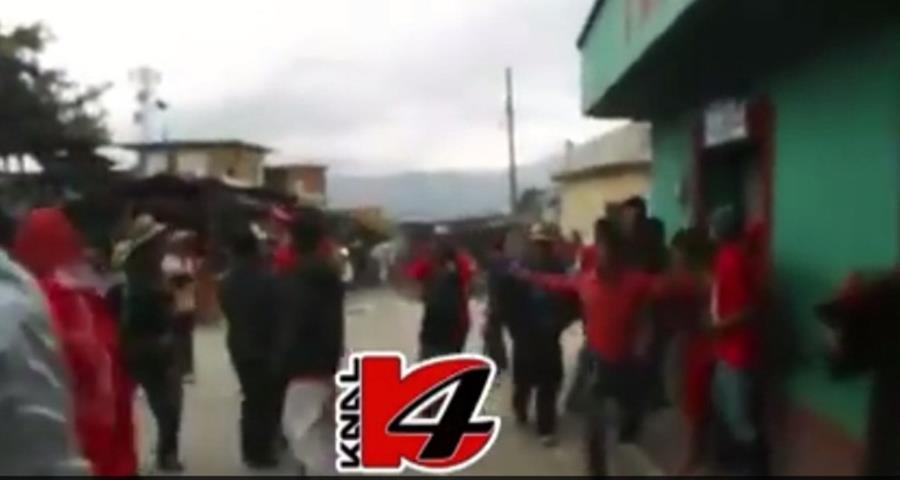 Los supuestos seguidores de Líder y PP se enfrentan con insultos y luego se lanzan piedras, en Chajul. (Foto Prensa Libre: Kanal4Quiché)