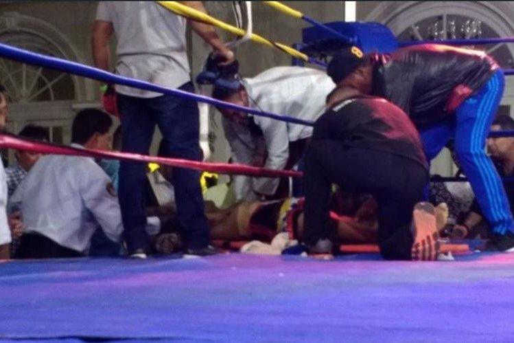 Momento en el que atendían al boxeador venezolano, después de ser noqueado. (Foto Prensa Libre: Twitter)