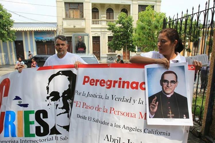 El grupo de peregrinos salvadoreños, porta la imagen de monseños Óscar Romero. (Foto Prensa Libre: Esbin García)