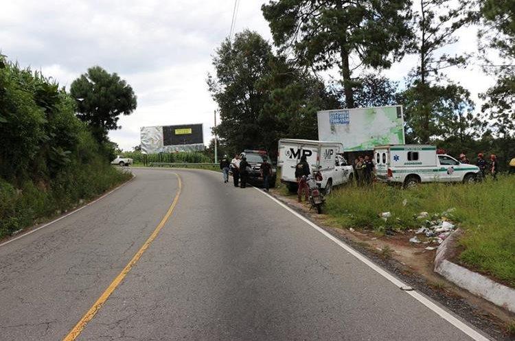 Bomberos y Fiscales del Ministerio Público se hicieron presentes en el lugar donde encontraron el cuerpo. (Foto Prensa Libre: Héctor Cordero)