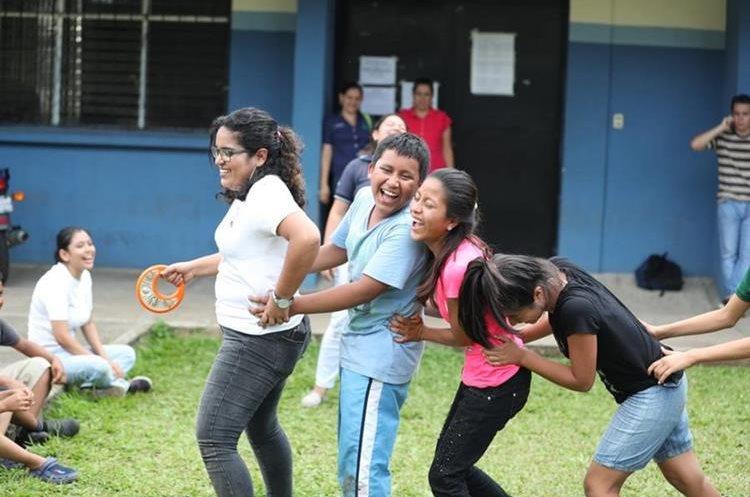 Maestras del colegio Higher Learning juegan con niños en un albergue (Foto Prensa Libre: Pablo Juárez).