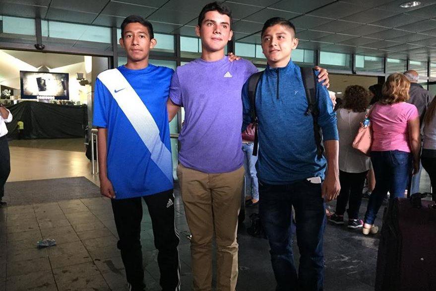 Yibran (izquierda), Manuel (derecha) y Grimaldo posan con un aficionado en el estadio La Aurora. (Foto Prensa Libre: Eduardo Sam).