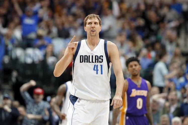 Dirk Nowitzki ha hecho historia con los Dallas Mavericks. (Foto Prensa Libre: AP)