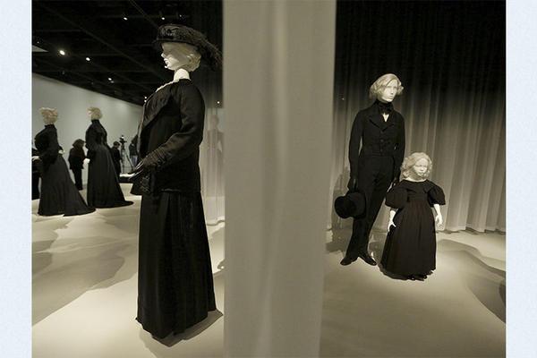 La influencia del luto en la moda se observa en la exposición Becomes Her: A Century of Mourning Attire (La muerte se convierte en ella: Un siglo de vestidos de luto), del Met, de Nueva York.