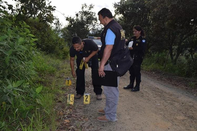 Fiscales del MP recogen evidencias en el lugar donde fueron baleados los hermanos. (Foto Prensa Libre: Mario Morales)
